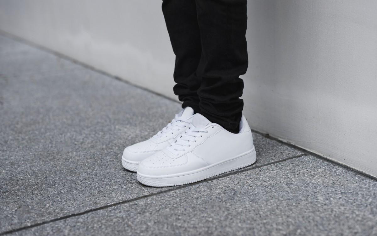 10 Cara Merawat Sepatu Sneakers Putih Agar Selalu Terlihat Baru